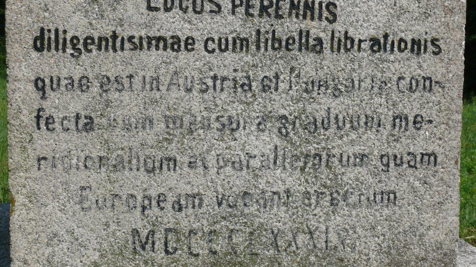 Text, který návštěvníky seznamuje, v jakém roce zde byl geodetický bod zaměřen