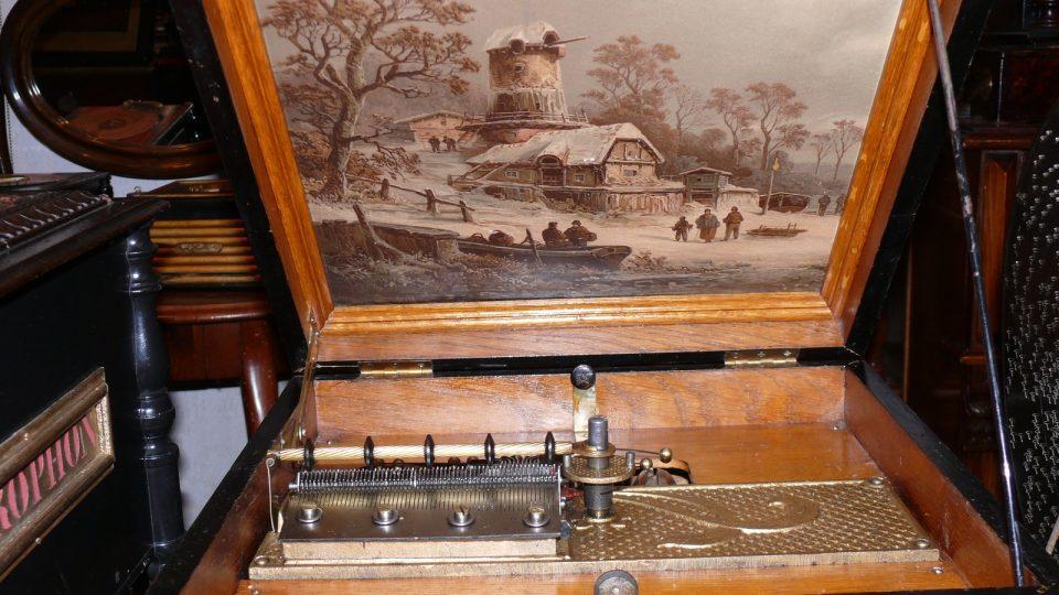 Vnitřky hracích strojků jsou zdobené postavičkami či výjevy