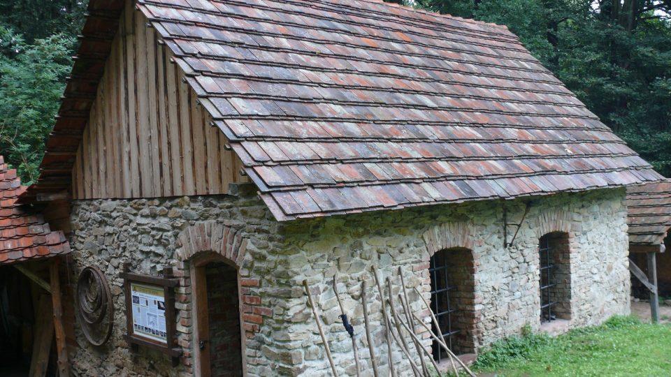 Moderní i historická kovárna ze 14 století na Šelmberku