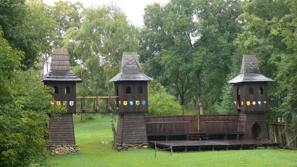 Prostory pod zříceninou hradu Šelmberk nabízejí zábavu pro dospělé i děti