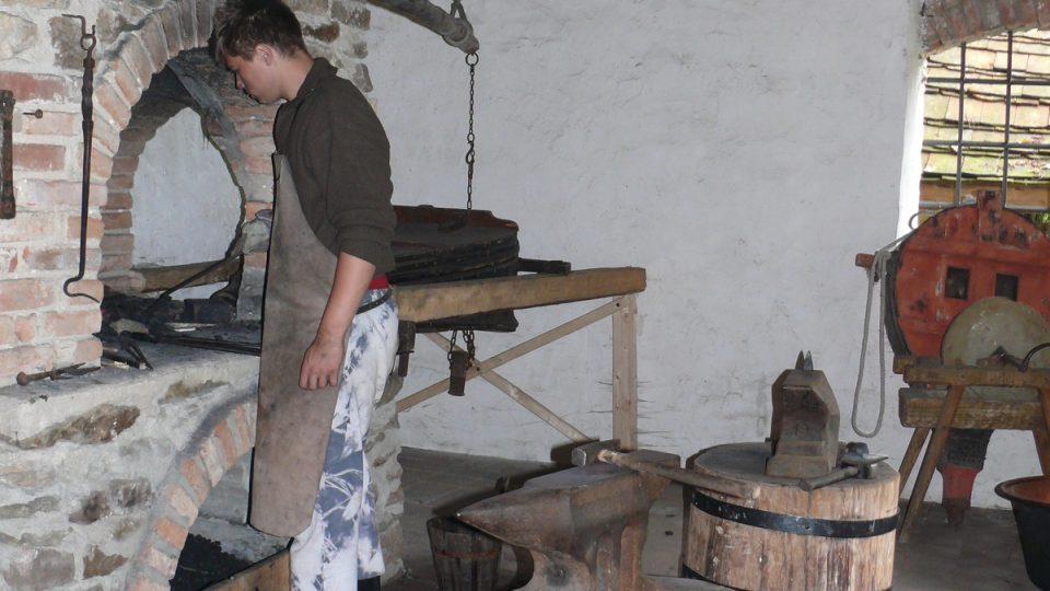 Replika kovárny ze 14 století, kde se aktivně pracuje