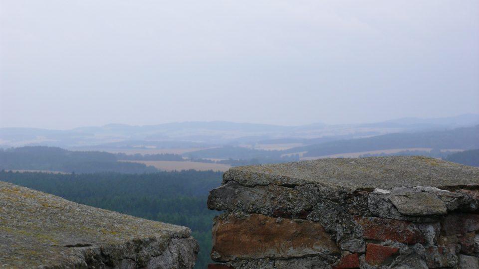 Za slunečného a jasného počasí je vidět z věže Šelmberku Miličín i Blaník