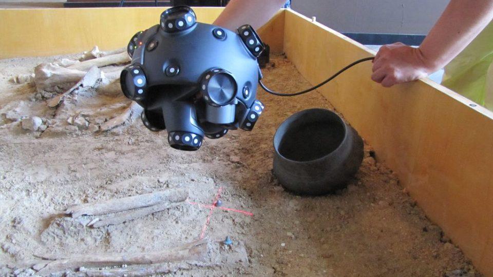 3D skenování hrobu - detail práce se snímací hlavou