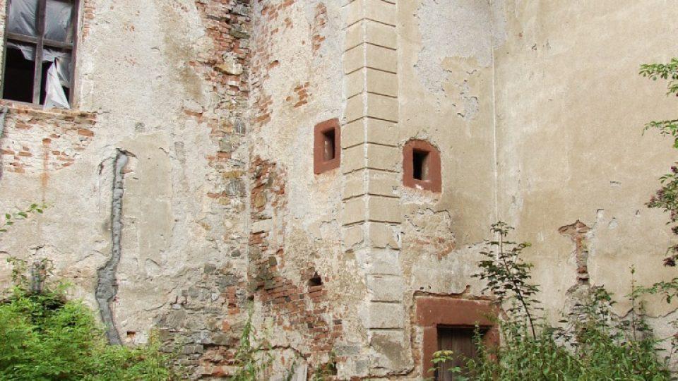 Zámek Vranová Lhota - pohled ze dvora na schodišťovou věžičku