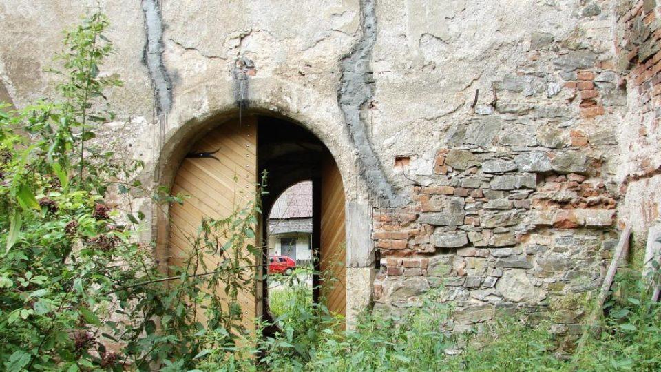 Zámek Vranová Lhota - portál na zahradu