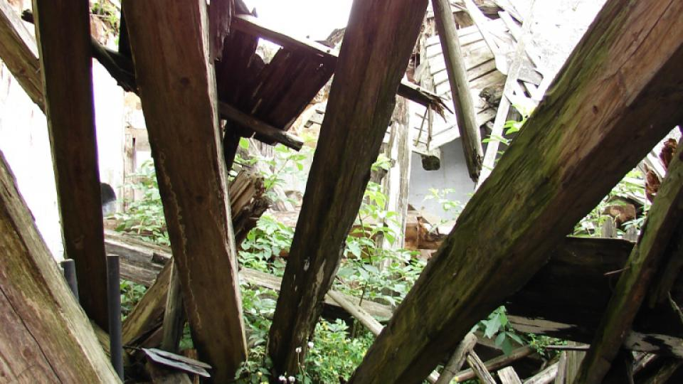 Zámek Vranová Lhota - střecha hospodářské budovy se propadla