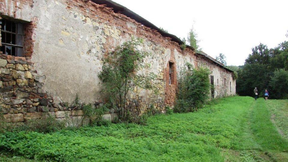 Zámek Vranová Lhota - chátrající hospodářské budovy