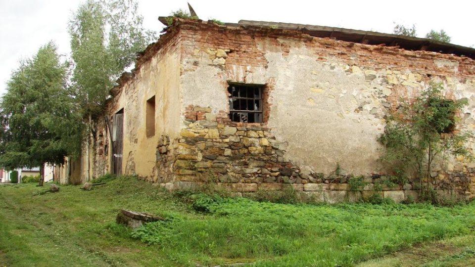 Zámek Vranová Lhota - hospodářské budovy chátrají