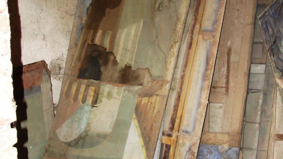 Zámek Vranová Lhota - zbytky divadelních kulis v hospodářských budovách