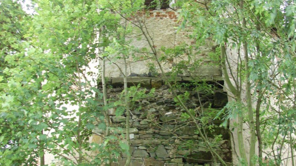 Zámek Vranová Lhota - zarostlá nárožní věžice na severní straně