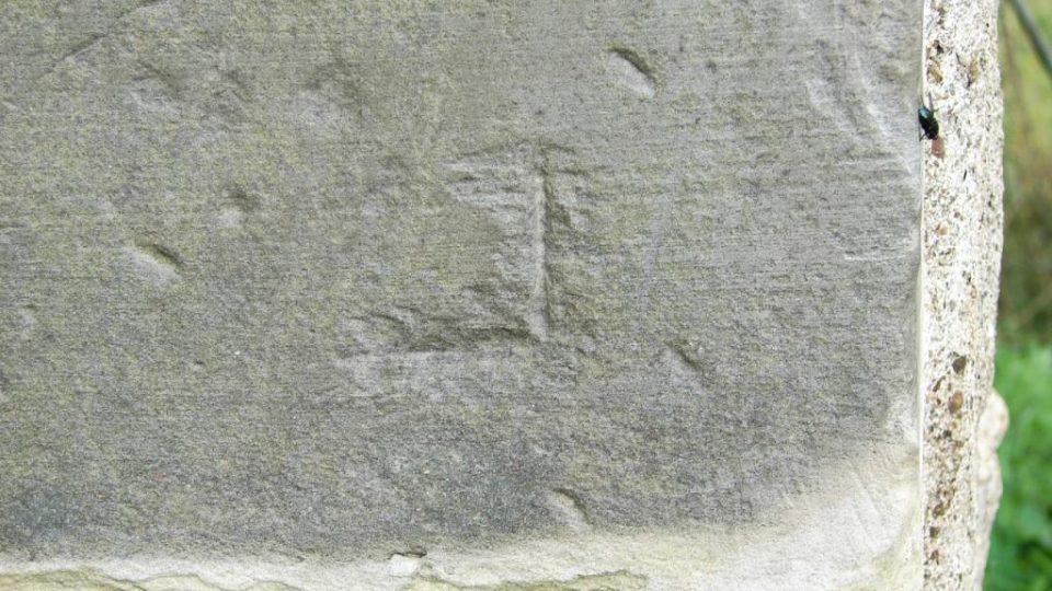"""Zámek Vranová Lhota - kamenická značka """"L"""""""