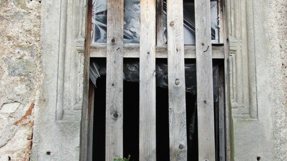 Zámek Vranová Lhota - většina oken nemá sklo