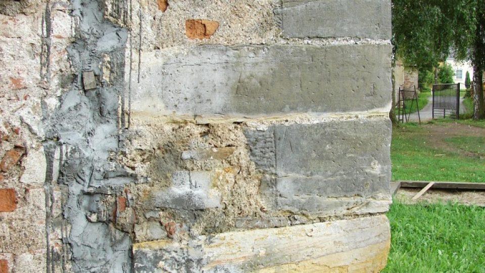 Zámek Vranová Lhota - obnažené nárožní kameny