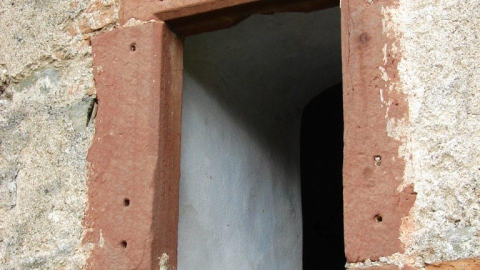 Zámek Vranová Lhota - ostění z červeného pískovce, který nalezneme i na zámku v Moravské Třebové