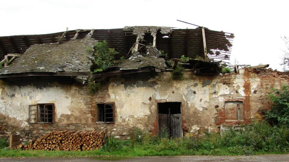 Zámek Vranová Lhota - zchátralé hospodářské budovy
