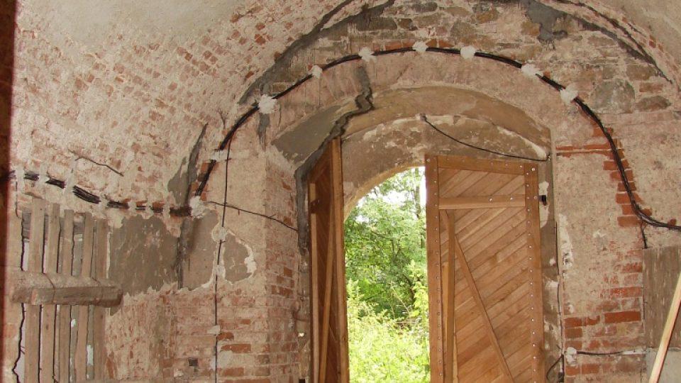 Zámek Vranová Lhota - dveře na dvůr