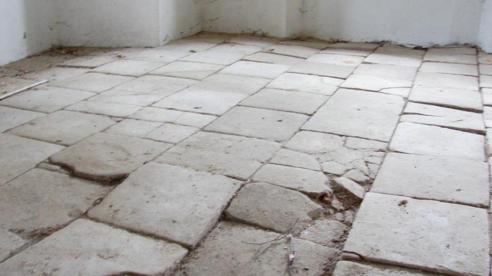 Zámek Vranová Lhota - původní kamenná podlaha v přízemí