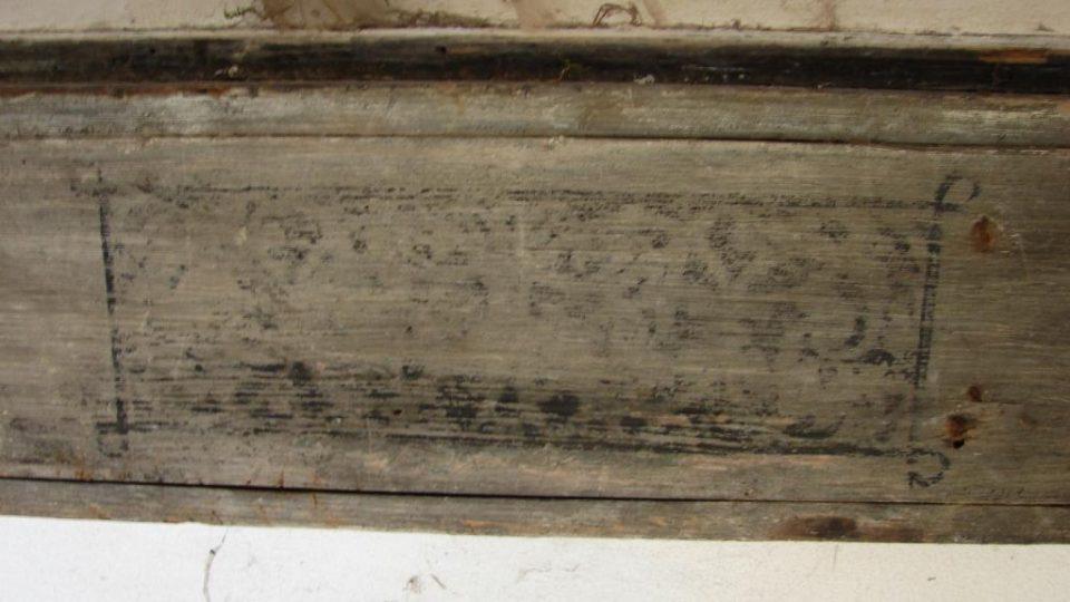 Zámek Vranová Lhota - detail původní výzdoby portálu v přízemí