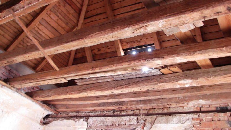 Zámek Vranová Lhota - část místnosti v prvním patře ještě nemá hotový strop