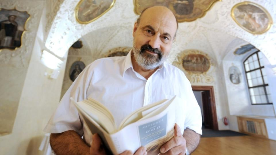 Prof. Tomáš Halík s oceněnou publikací Vzdáleným nablízku