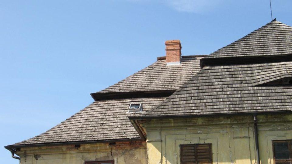 Fara ve Svinčanech - detail rozbitého okna, kudy zatéká na vnitřmní omítku