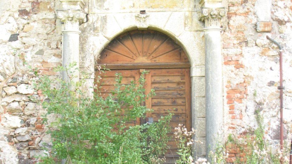 Fara ve Svinčanech - vstupní portál