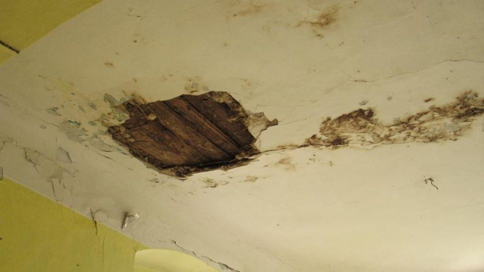 Fara ve Svinčanech - obytná místnost v prvním patře, kudy střechou zatéká
