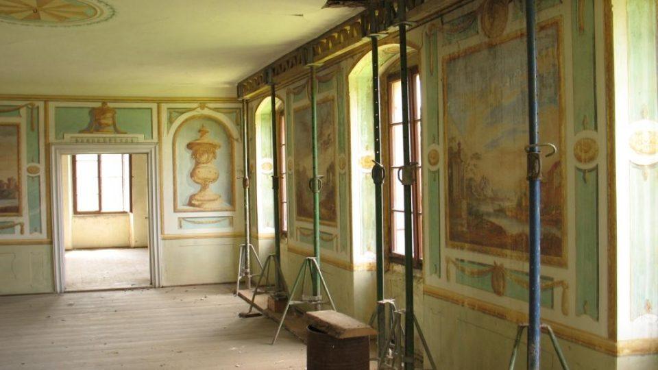 Fara ve Svinčanech - strop ve slavnostním sále musí být podepřen