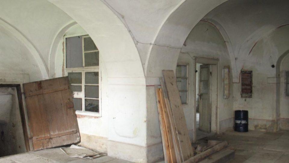 Fara ve Svinčanech - vstupní sál a pohled na bývalou kancelář