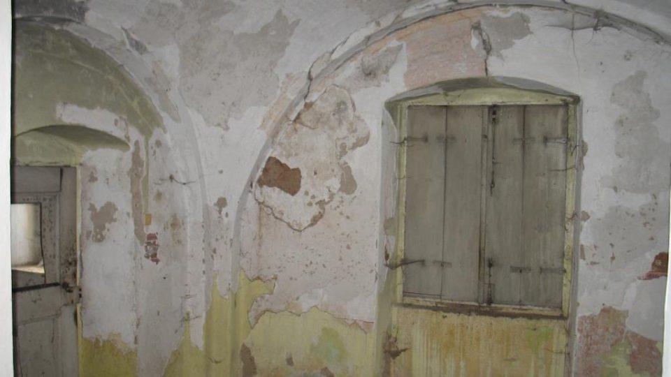 Fara ve Svinčanech - chátrající místnosti v přízemí