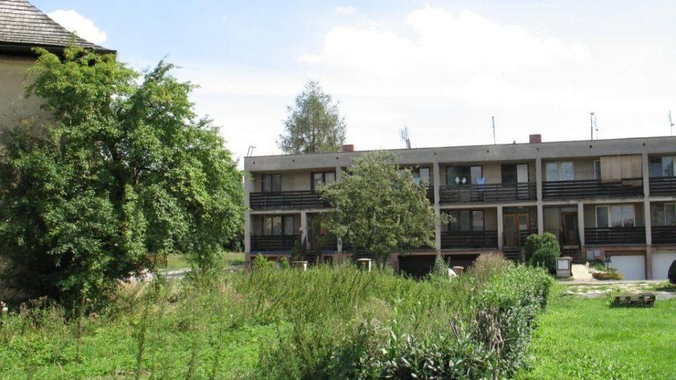 Fara ve Svinčanech přímo sousedí s novodobými bytovkami