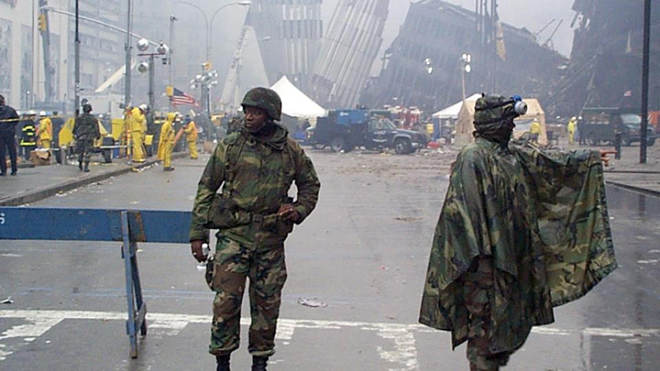 Příslušníci newyorské národní gardy hlídají přístup k troským zřícených mrakodrapů po útoku 11. září 2001