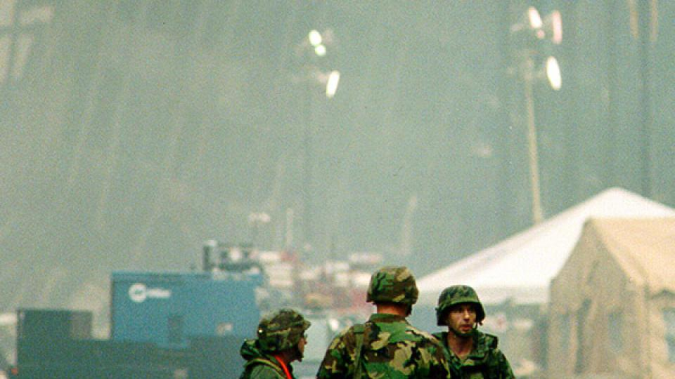Vojáci na Manhattanu před troskami jedné z budov na Ground Zero