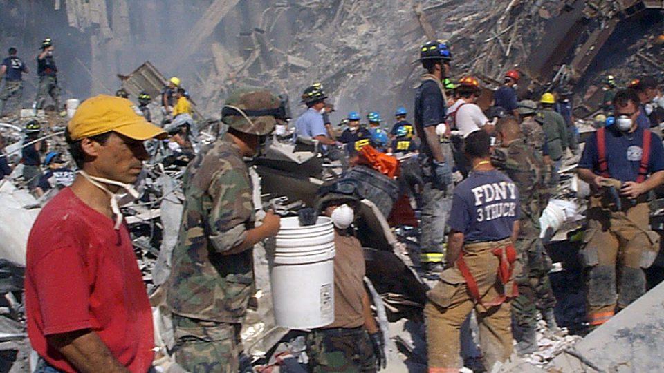 Záchranáři pátrají v troskách mrakodrapů na Manhattanu zřícených po útoku letadel na Dvojčata WTC 11. září 2001