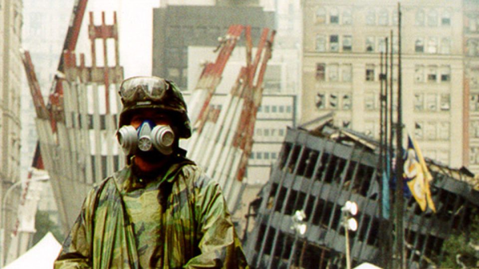 Příslušník Národní gardy státu New York hlídkuje před troskami na Ground Zero