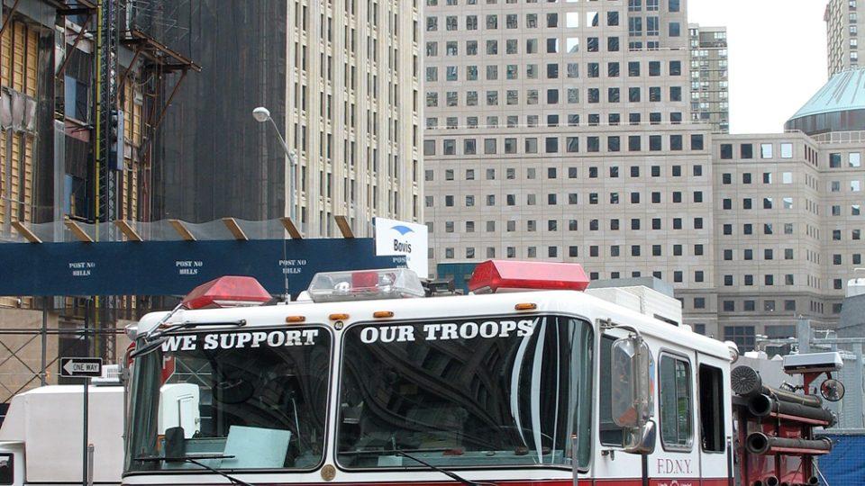 Vůz hasičů před mrakodrapy na Ground Zero pět let po útocích na Dvojčata