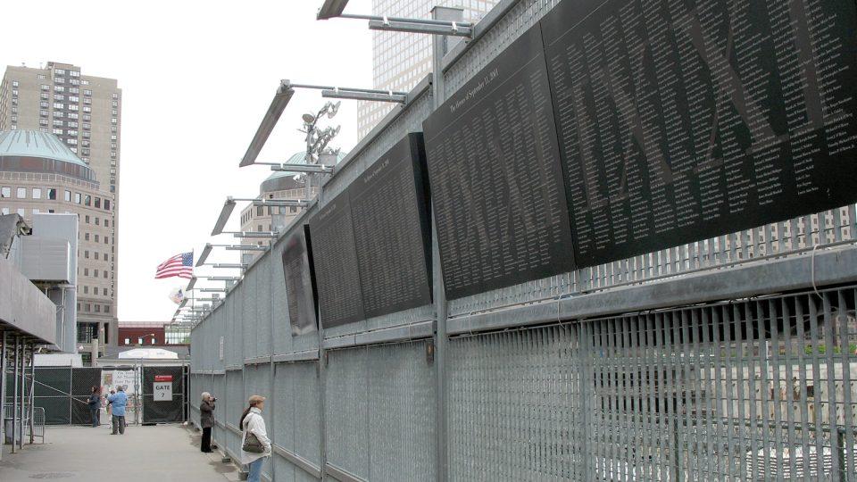 Lidé si chodí připomínat oběti útoků na okraj staveniště na Ground Zero