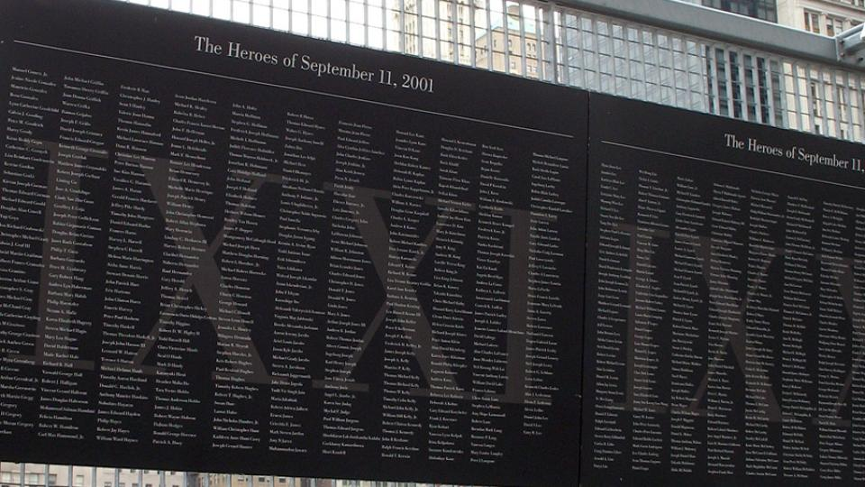 Pamětní deska se jmény obětí útoků na Dvojčata WTC 11. 9. 2001