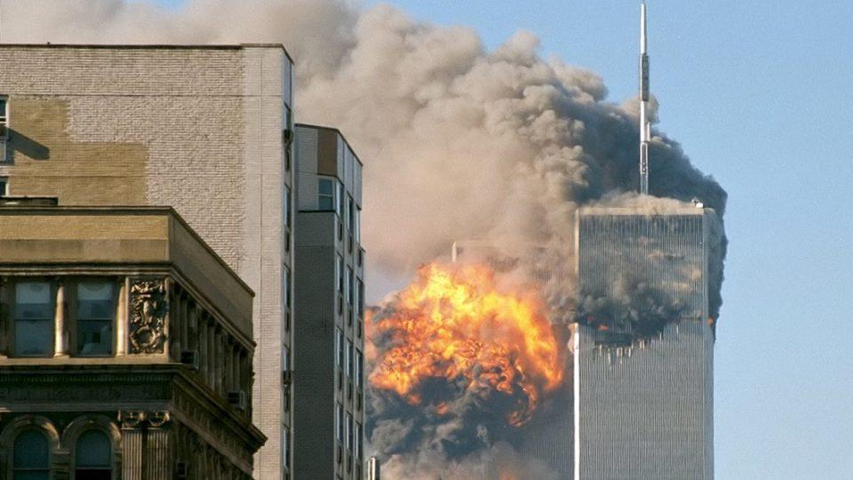 New York, 11. září 2001, letadlo naráží do jižní věže Světového obchodního centra