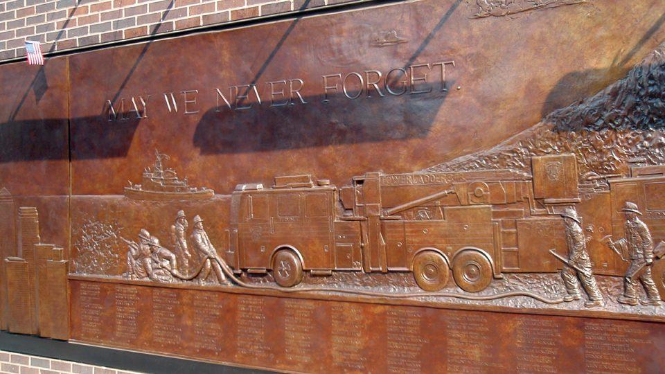 Pamětní deska připomínající hrdinnou práci záchranářů 11. září 2001