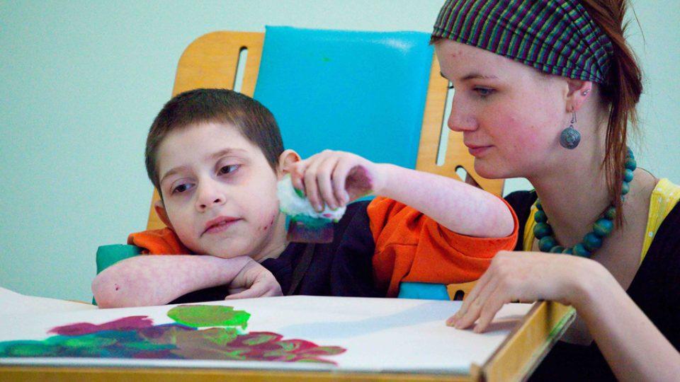 Arteterapie patří mezi další aktivity, které dobrovolníci zahrnují do svých činností s dětmi.
