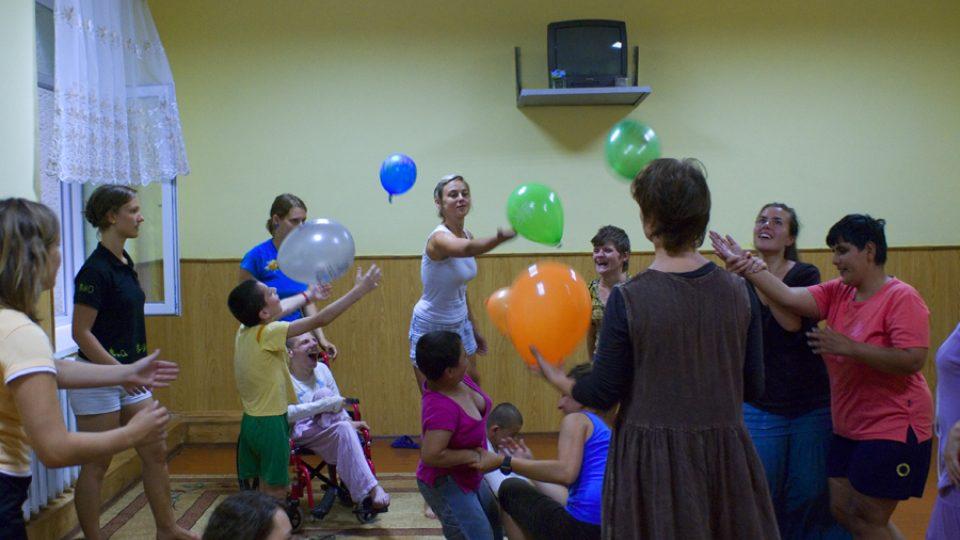 Jednou z oblíbených aktivit dětí je dramaterapie. Děti se na ni pokaždé velmi těší, učí se tak spolupráce a vzájemnému respektu.