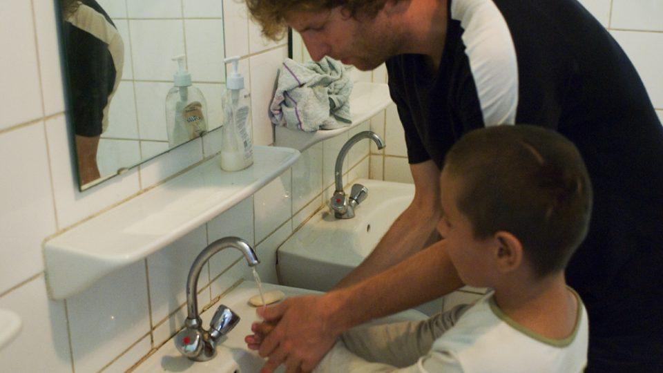 Děti jsou vedeny také k hygieně. Učí se tak mýt si ruce i čistit zuby.