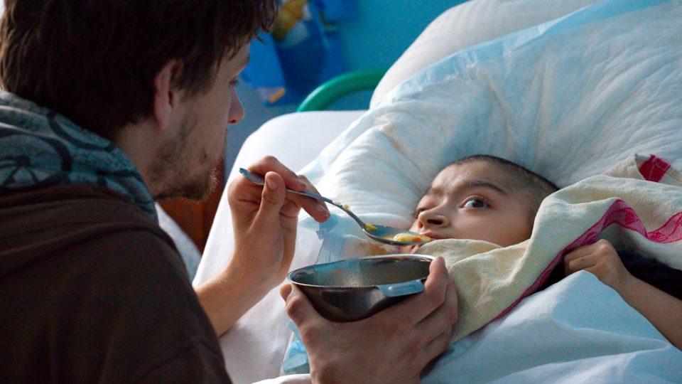 Jednou z důležitých funkcí dobrovolníků je pomoc personálu např. v podobě krmení. V domově jsou i děti, které samy jíst nedokáží.