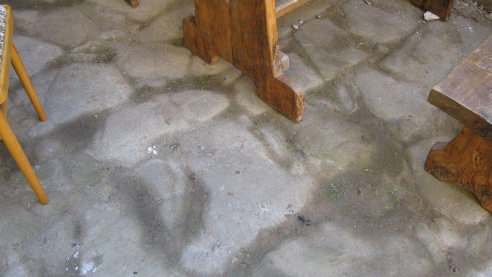 Po odstranění suti vykoukla také původní kamenná podlaha