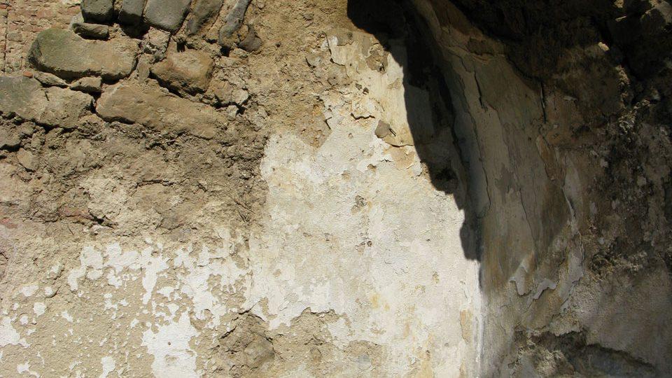 Zbytek klenby na stěně blíže ke schodišti