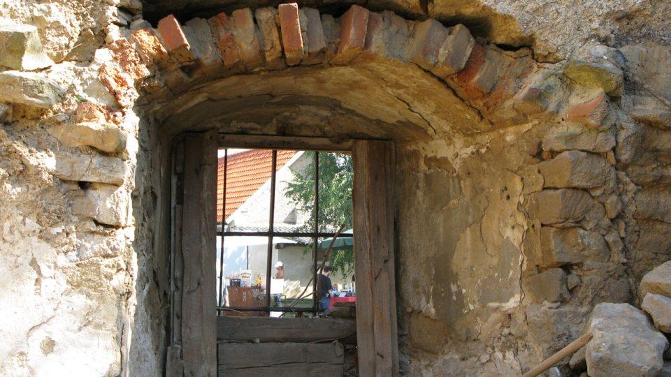 Jedno z oken do nově vyčištěné místnosti