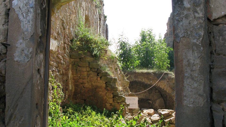 Průhled oknem na nově odhalenou místnost vedle brány