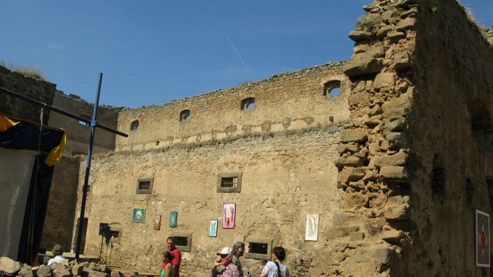 Během roku 2011 se podařilo zpevnit také korunu vnitřní hradby
