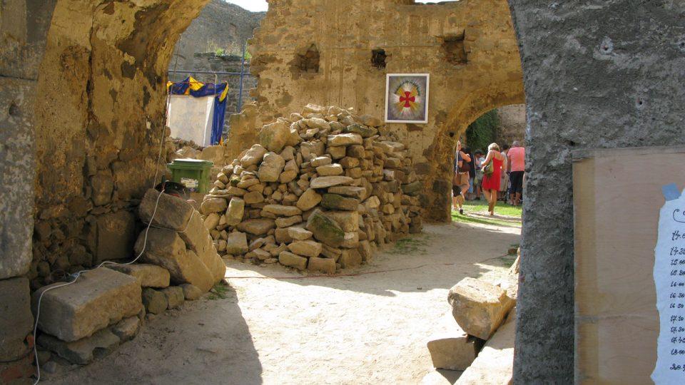Už od současné hlavní brány jsou vidět hromady probraného kamení